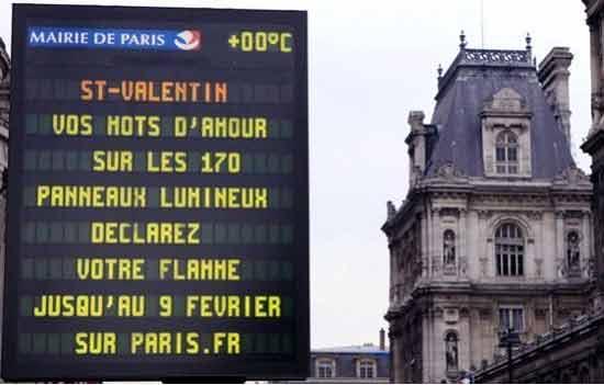 la Saint-Valentin s'affiche dans les rues de Paris