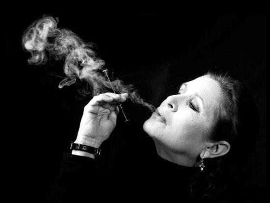 femme fumant une cigarette électronique
