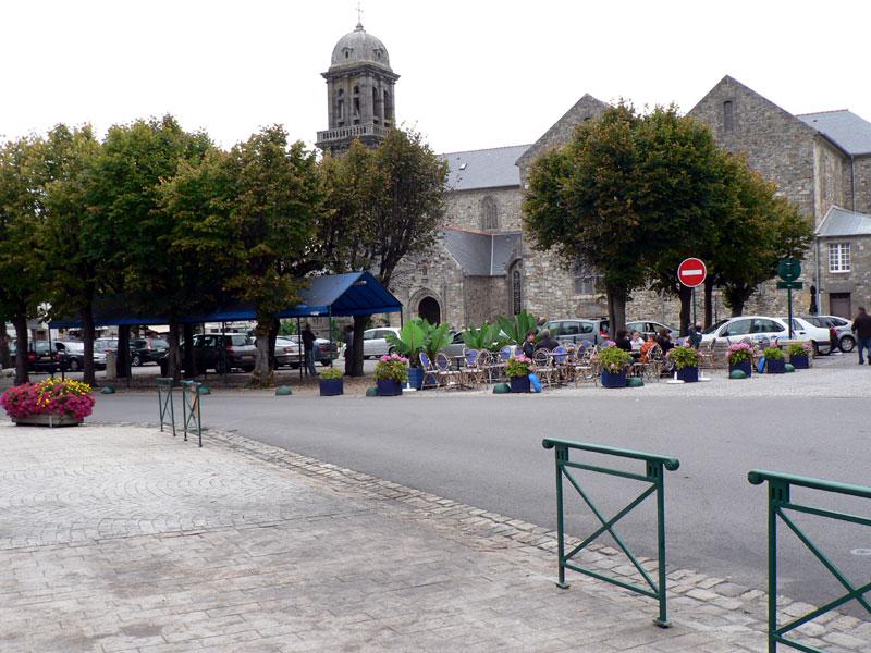 La place de l'église à Crozon
